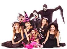 Halloween deltagare med gruppungen. Arkivfoton