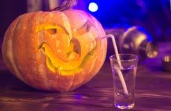 Halloween deltagare Rolig pumpa med en coctail Selektivt fokusera royaltyfri bild