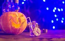 Halloween deltagare Rolig pumpa med en coctail Selektivt fokusera arkivfoto