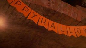 Halloween deltagare Skylt med inskriften lyckliga halloween lager videofilmer