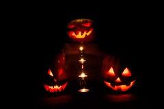 Halloween drei Kürbise, einer auf dem Altar und zwei als Bedienstete a Stockfotos