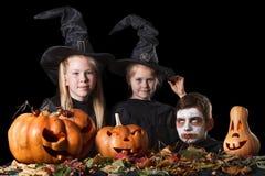 Halloween Duas bruxas pequenas, crânio cercado perto Imagens de Stock
