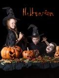 halloween Dwa małej czarownicy, czaszka otaczająca obok Obrazy Stock