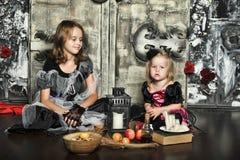 Halloween dwa małej czarownicy Fotografia Royalty Free