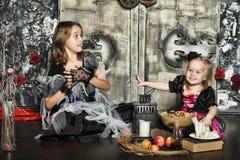 Halloween dwa małej czarownicy Zdjęcie Royalty Free