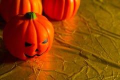 Halloween dyniowa dźwigarka w złocistym wakacyjnym tło wizerunku obrazy stock
