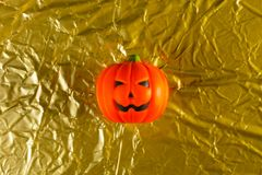 Halloween dyniowa dźwigarka w złocistym wakacyjnym tło wizerunku zdjęcia stock