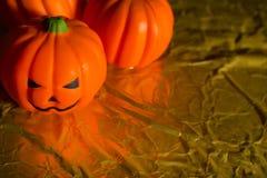 Halloween dyniowa dźwigarka w złocistym wakacyjnym tło wizerunku zdjęcie royalty free