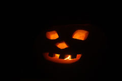 Halloween - Dyniowy lampion na czarnym tle Zdjęcia Royalty Free