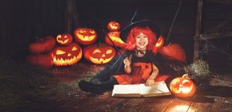 halloween dziecko czarownica z dyniowym Jack i magiczna książka s Zdjęcia Royalty Free