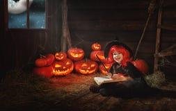 halloween dziecko mała czarownica z dyniowym Jack i magiczny bo Obrazy Stock
