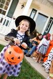 Halloween: Dziewczyna Przygotowywająca Trikowy lub funda Zdjęcia Royalty Free