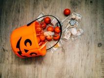 Halloween en decoratieconcept - Oranje gevulde pompoen stock afbeelding