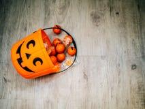 Halloween en decoratieconcept - Oranje gevulde pompoen stock foto