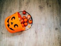 Halloween en decoratieconcept - Oranje gevulde pompoen stock afbeeldingen