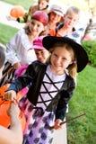 Halloween : Enfants alignés pour la sucrerie de Halloween Photos libres de droits