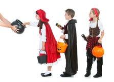 Halloween : Enfants attendant la sucrerie de Halloween Photographie stock libre de droits
