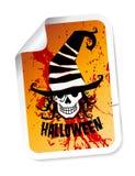 Halloween etikett med skallen i hatt Royaltyfria Bilder