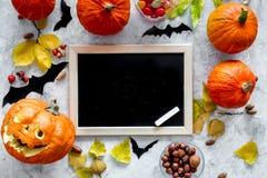halloween förbereda sig Head near pumpor för pumpa och svart skrivbord för anmärkningar på grå modell för bästa sikt för bakgrund Royaltyfri Foto
