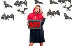 Halloween försäljning Lycklig kvinna i huv för ridning för halloween dräkt liten röd Arkivbilder