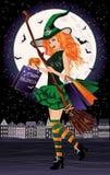 Halloween försäljning Stads- redhairhäxa med shoppingpåsar Royaltyfri Foto