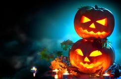 Halloween-Feiertags-Hintergrund Gebogene Halloween-Kürbise Stockbild