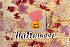 Halloween-Feiertags-Hintergrund Stift, Text und Umschlag Ansicht von oben genanntem mit Kopienraum Stockbild