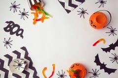 Halloween-Feiertagshintergrund mit Spinnen und Süßigkeit Ansicht von oben Stockbilder