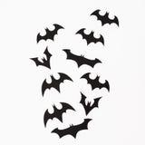 Halloween-Feiertagskonzept Handgemachte schwarze Schläger auf weißem Hintergrund Flache Lage, Draufsicht Lizenzfreie Stockbilder