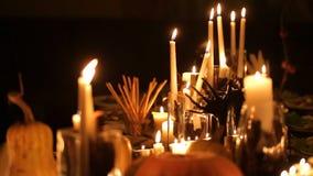 Halloween-Feiertagstabelle mit Kerzen und Kürbisen stock footage