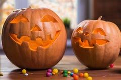Halloween felice Fondo davanti ad una finestra con le zucche, Immagini Stock Libere da Diritti