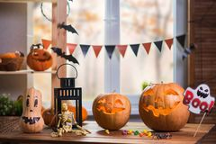 Halloween felice Fondo davanti ad una finestra con le zucche, Fotografie Stock