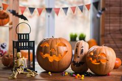 Halloween felice Fondo davanti ad una finestra con le zucche, Fotografia Stock