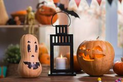 Halloween felice Fondo davanti ad una finestra con le zucche, Immagine Stock
