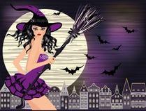 Halloween felice Giovane strega sexy con e città di notte Fotografia Stock