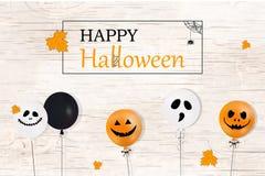 Halloween feliz O conceito do feriado com o Dia das Bruxas balloons, as folhas de queda da laranja para a bandeira, cartaz, cartã ilustração royalty free