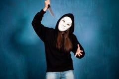 Halloween flicka med maskeringen och kniven Royaltyfri Foto