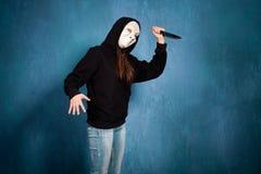 Halloween flicka med maskeringen och kniven Fotografering för Bildbyråer
