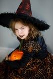 halloween Flickan beskriver den onda trollkvinnan Fotografering för Bildbyråer