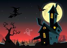 Halloween frecuentó el fondo de la noche del claro de luna con la casa fantasmagórica y el cementerio, puede ser uso como aviador imagen de archivo libre de regalías
