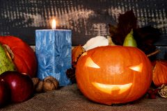 Halloween Gebogener Kürbis lizenzfreie stockbilder