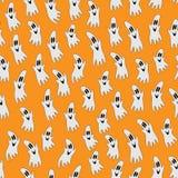 Halloween-Geist auf orange Hintergrund Stockfotografie