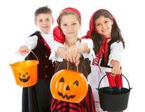 Halloween: Gekostumeerde Jonge geitjes Klaar voor Traktaties Stock Foto's
