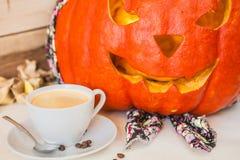 Halloween Geschnitzter Kürbis im Bandana auf einem hölzernen Hintergrund Stockfoto