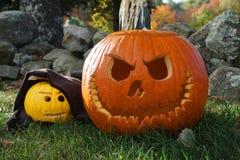 Halloween gesneden pompoenen in openlucht stock foto's