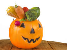 Halloween-gesunder Plastikkürbis voll des Gemüses Lizenzfreies Stockbild