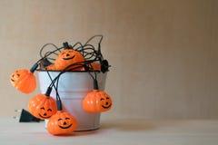 Halloween-Girlande innerhalb eines weißen Eimers Lizenzfreie Stockfotos