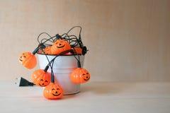 Halloween-Girlande innerhalb eines weißen Eimers Stockbild