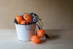Halloween-Girlande innerhalb eines weißen Eimers Stockfoto