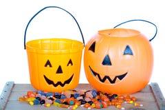 Halloween godis och pumpahink på trä arkivfoton